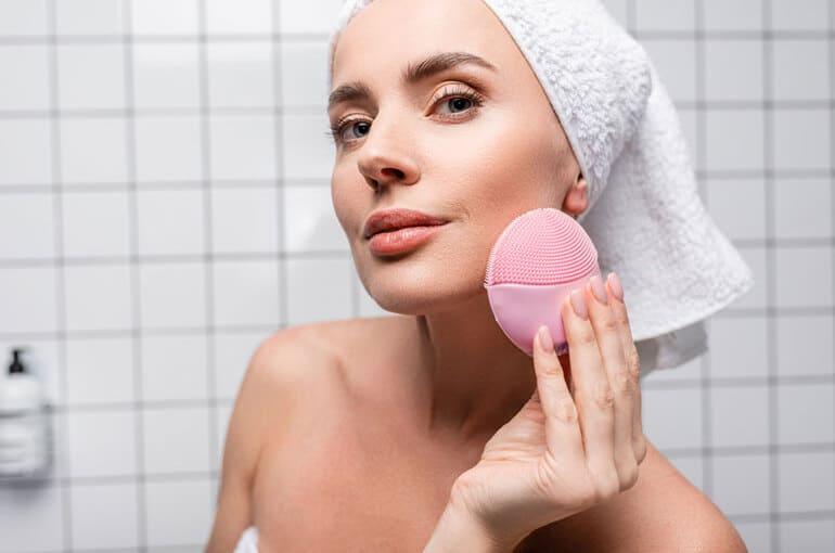 En este momento estás viendo ¿Cómo hacer una limpieza facial profunda sin dañar la piel?