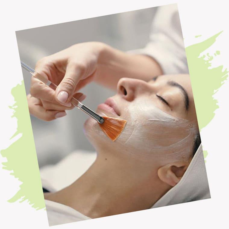 Mujer recibiendo tratamiento estético facial